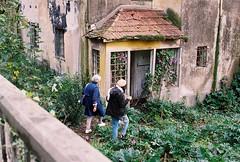 Massarelos, Porto (marioandrei) Tags: kodak pro image 100 contax g2 zeiss planar 45mm f2 t porto pena rua frontier proimage