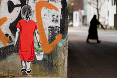 Blumenmädchen (michael_hamburg69) Tags: hamburg germany deutschland streetart urbanart altona ottensen girl red dress bucket plant green pflanze eimer mädchen artist künstler seileise