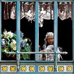 Disquieting Presences / Presenze Inquietanti (Giorgio Ghezzi) Tags: window finestra flower fiore woman donna puppet fantoccio bruges brugge lace merletto