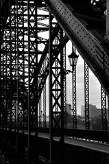 Brücke über die Süderelbe (2) / Bridge across the `Süderelbe` (2) (Lichtabfall) Tags: elbe schwarzweiss monochrome blackandwhite blackwhite einfarbig sw bw hamburg brücke bridge süderelbe elbbrücke