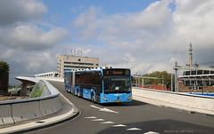 Mooi blauw (Maurits van den Toorn) Tags: bus autobus gelenkbus mercedes citaro syntus zwolle station blauw blue bleu