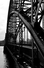 Brücke über die Süderelbe (1) / Bridge across the `Süderelbe` (1) (Lichtabfall) Tags: elbe schwarzweiss monochrome blackandwhite blackwhite einfarbig sw bw hamburg brücke bridge süderelbe elbbrücke