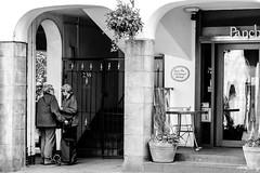 Gossip (Cycling-Road-Hog) Tags: blackwhite candid canoneos750d citylife colour efs55250mmf456isstm edinburgh edinburghstreetphotography monochrome people places royalmile scotland shades street streetphotography streetportrait style urban
