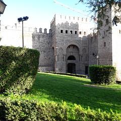 Part of the Puerta de Alfonso VI, Toledo (d.kevan) Tags: toledo citywalls grass plants trees towers architecturaldetails gates decorativedetails battlements xiiithcentury stone streetlamps puertadealfonsovi doorway horseshoearch