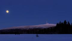 Der Brocken im Vollmond (kerstin-goethel) Tags: brocken schnee winter mond vollmond werdenderblutmond