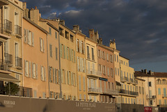 Through the barricades (eMMa_bOOm) Tags: sainttropez artists beaumonde village france facade latesunlight golden colours coloured yellowish hues houses expensive appartments harbour waterfront