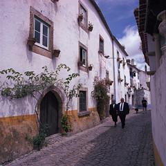 Mr. and Mrs. Portley (lebre.jaime) Tags: portugal óbidos architecture street streetphotography people analogic mediumformat mf squareformat 6x6 film120 kodak portra400 hasselblad 503cx carlzeiss distagon cf4050fle epson v600 affinity affinityphoto