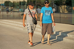 Promenade Robert Laffont - Marseille (France) (Meteorry) Tags: europe france paca provencealpescôtedazur provence bouchesdurhône marseille people candid streetscene promenaderobertlaffont mucem men guys male flipflop feet pieds slippers summer été discussion speaking august 2019 meteorry