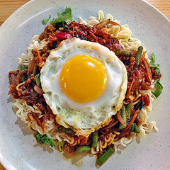 Thai Fried Noodle with Minced Meat and a Sunny Side Up (Nikita Hengbok) Tags: food cuisine meal asiancuisine thaifood