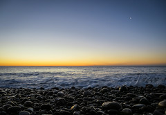 that little moon (hang five) Tags: himmel meer mond sonnenaufgang steine wasser minimalistisch sky sea moon sunrise stones water minimalism platjadelamalvarosadecorinto strand beach