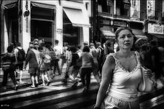 Envers et contre tous.... / Against all odds... (vedebe) Tags: ville city rue street urbain urban people humain human foule noiretblanc netb nb bw monochrome