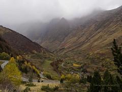 Pirineo Francés (tonygimenez) Tags: pirineo naturaleza paisaje otoño carretera pueblo montañas niebla lluvia colores