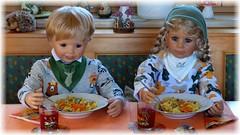 Essen ist fertig ! / Lunch is ready ! (ursula.valtiner) Tags: puppe doll luis bärbel künstlerpuppe masterpiecedoll kürbis pumpkin essen meal lunch tagliatelle bandnudeln maccadamianuss maccadamianut pesto