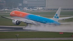 Orange pride creating waves (ianclarke82) Tags: phbva orangepride klm amsterdam ams schiphol aviationphotography aviation airplane airliners flickraviation canon canonphotography canonaviation canon80d thenetherlands boeing boeing777 takeoff photography