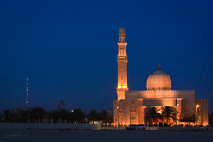 Al Manara Mosque at Jumreirah Beach, Dubai (Rita Eberle-Wessner) Tags: mosque moschee almanara manaramosque almanaramoschee dubai vae emirates burjkhalifa city stadt jumeirah nacht night skyline sea meer ozean küste coast strand beach colourful uae almanaramosque