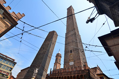 Crowded sky (Thomas Roland) Tags: europe europa italy italia italien sommer summer nikon d7000 travel rejse city duo torri tower towers bologna by lines wire sky himmel