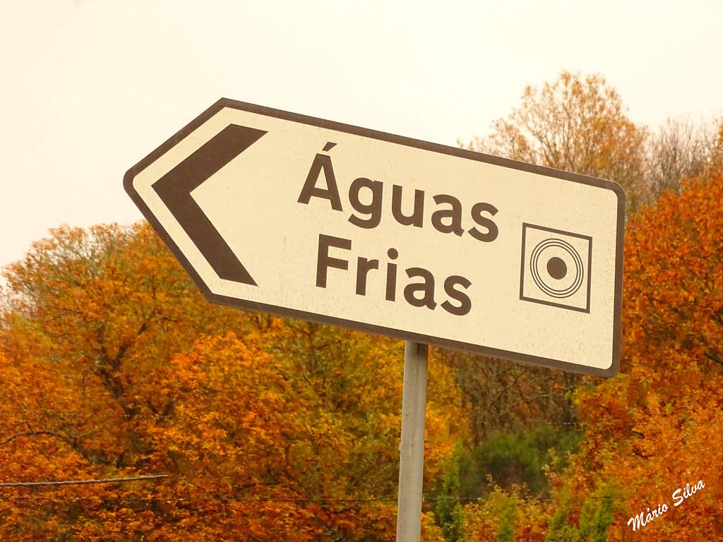 Águas Frias (Chaves) - ... placa sinalizando a entrada para o centro da Aldeia ...