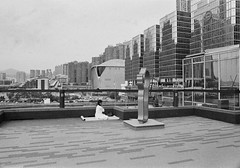 (a.pierre4840) Tags: olympus om3 zuiko 24mm f28 35mmfilm kodak kodaktmaxp3200 bw blackandwhite noiretblanc grainyfilm grain cityscape candid serene calm urban hongkong architecture