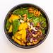 MaKE. Salate Bowls und Suppen - Indian Summer Bowl mit Blattspinat, Zuckerschoten, warme Rosmarin Kartoffeln, Rohkostsalat, geröstete gelbe Karotten, Cashews, Basilikum, Koriander sowie gelbe Thai-Curry Sauce