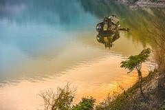 _J5K3832.0311.Mường Lay.Lai Châu (hoanglongphoto) Tags: asia asian vietnam northvietnam northwestvietnam northernvietnam landscape scenery vietnamlandscape vietnamscenery sunset lake laichauhydropowerreservoir lakesurface boat reflection canon canoneos1dsmarkiii canonef70200mmf28lisusm tâybắc laichâu mườnglay phongcảnh hồ mặthồ water nước soibóng phảnchiếu hoànghôn thuyền one 1 1boat