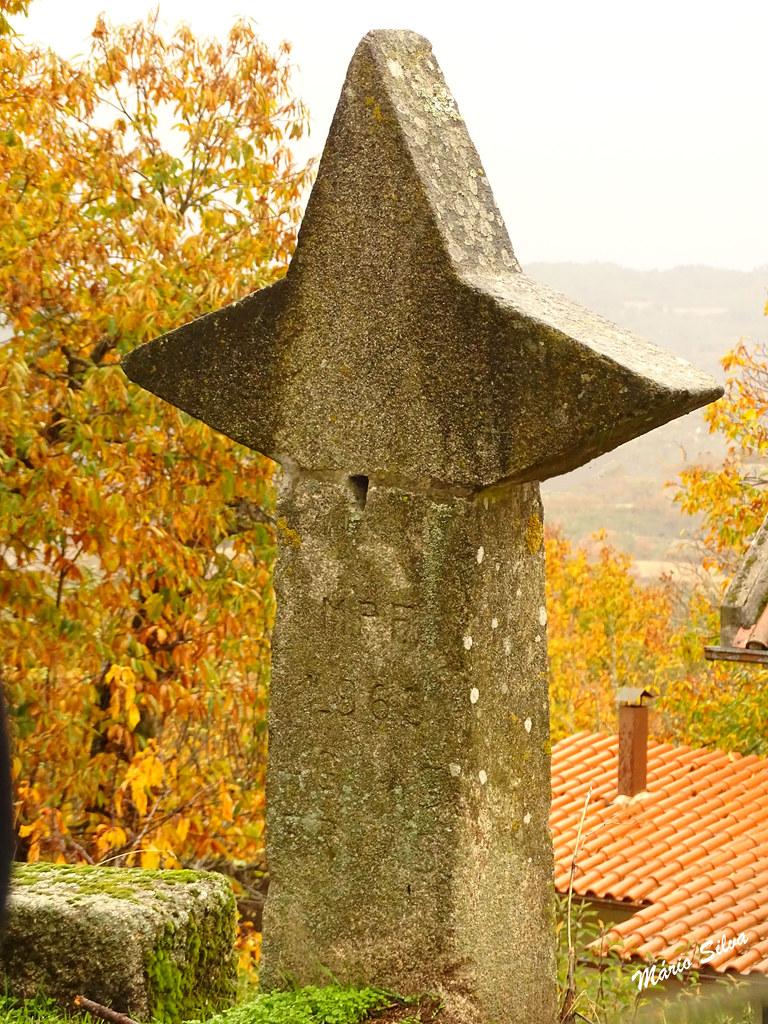 Águas Frias (Chaves) - ... monumento em forma de estrela, com as seguintes gravações na pedra: M P F (será Mocidade Portuguesa Feminina); a data de 1965 e a identificação: Águas Frias ...