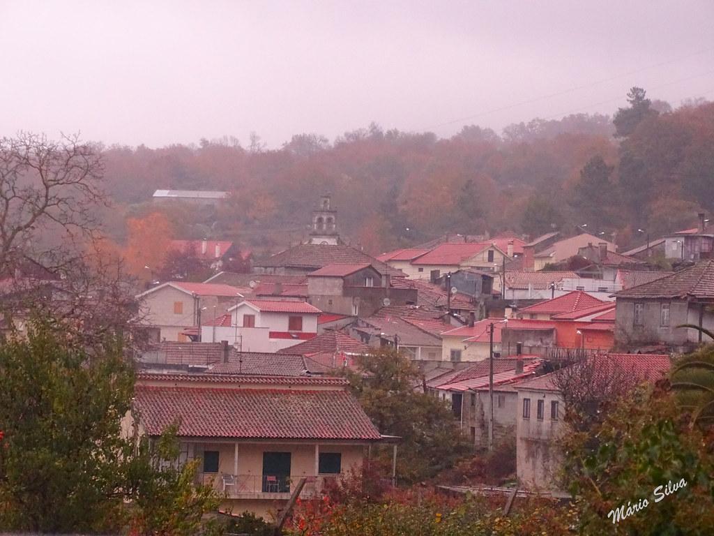 Águas Frias (Chaves) - ... vista da Aldeia em dia de nevoeiro ...