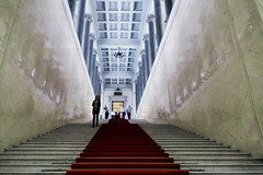 The red carpet – PSP**** (Le.Patou) Tags: psp stairs escalier russie russia россия saintpétersbourg stpetersburg санктпетербург staircase stair musée museum red perspective frombelow vanishingpoint blue symmetry