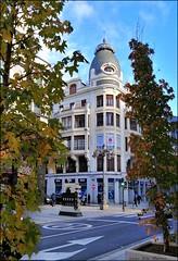 Paseando por León - Casa Lubén (Luisa Gila Merino) Tags: león arquitectura ciudad otoño cieloazul ventanas nubes balcones árbol o