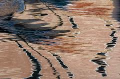 Abstrait à l'eau (Corinne Queme) Tags: venise reflet abstrait canal tana sillage bateau mur arsenal