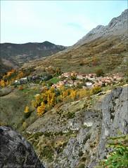 El otoño en Valdorria - León (Luisa Gila Merino) Tags: montañas pueblo cordillera población otoño leónprovincia arboleda monte