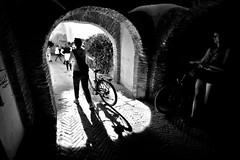 Callejones de Sevilla (mgarciac1965) Tags: sevilla seviglia nikond5200sevilla seville nikond5200 nikon andalusie andalusia andalucía andalucia españa espagne spagna spagne spain people streetphotography streetshot streetshoot street streetphoto blancetnoire blancoynegro blackandwhite