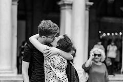Le baiser de la place Saint Marc... (Stéphane Désiré) Tags: venezia venise sanmarco piazzasanmarco baiser amoureux place noiretblanc gens personne femme homme 100mm