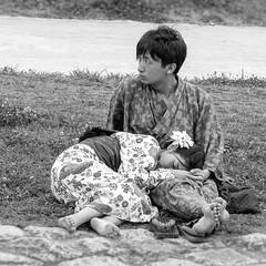 Protégée....Kyoto (geolis06) Tags: geolis06 asia asie japan japon 日本 2017 kyoto japon072017 nb noiretblanc black white lovers amoureux amour love olympusem5 olympusm75300mmf4867ii