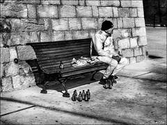 Onze... /  Eleven... (vedebe) Tags: ville city rue street urbain urban homme humain human bouteilles bottles banc noiretblanc netb nb bw monochrome