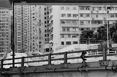 (a.pierre4840) Tags: om3 tamron adaptall 135mm f28 35mmfilm kodak kodaktmaxp3200 bw blackandwhite noiretblanc cityscape perspective hongkong urban olympus grainyfilm