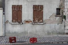 Rue Parmentier, Gien (Ivan van Nek) Tags: rueparmentier gien loiret france 45 frankrijk frankreich doorsandwindows fenêtres fenster ramenendeuren ramen windows decaying luiken shutters