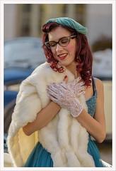 L'album dei ritratti 13 (Outlaw Pete 65) Tags: ritratti portraits ragazza girl guanti gloves luce light colori colours nikond750 tamron70200mm rezzato lombardia italia