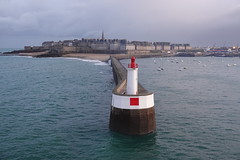 St Malo at dawn (ec1jack) Tags: france ec1jack kierankelly november 2019 english channel autumn le automne stmalo brittany europe harbour englishchannel sea ocean town city port lighthouse dawn citywalls walls boats ships