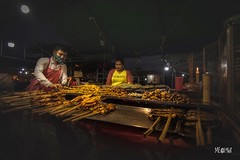 L'arte della posa. (iw2ijz) Tags: persone person people bancarelle gente viaggio travel trip nikon reflex d500 night notte street food cambodia cambogia bynight notturno market mercato kyunghyu 2019