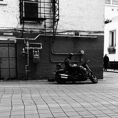 Ok, je t'attends... (woltarise) Tags: streetwise iphone7 quartierlatin montréal attente moto