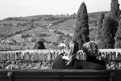 (Roybatty63) Tags: nikon d80 umbria bn bw biancoenero blackandwhite blackwhite assisi panorama campagna borgo borghi donne panchina