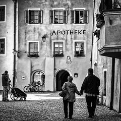 Apotheke (Lucille-bs) Tags: europe autriche tyrol rattenberg 500x500 nb bw monochrome couple rue architecture apotheke pavé
