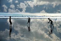 O jogo da bola!! (puri_) Tags: kuta praia areia mar água céu nuvens reflexos silhuetas jogar bola