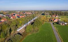 Völlig zugewachsen (Klaus Z.) Tags: eisenbahn kbs 395 leer ostfriesland br 1465 personenzug ic2 db fernverkehr drohnenbild sommer