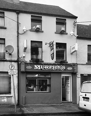 Sceallóga agus iasc - Sinne is fearr / Murphy's Traditional Fish and Chips (Rhisiart Hincks) Tags: dubhisbán gwennhadubh blackwhite bw duagwyn corc cork corcaigh blackpool allinndubh stalfritez iascissceallóga siopasceallóga tafarndatws siopsglodion chipshop fishandchips