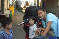 upstaging a little girl on the street (the foreign photographer - ฝรั่งถ่) Tags: young woman little girl child street khlong thanon portraits bangkhen bangkok thailand nikon d3200 braces
