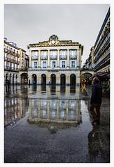 ... Donostia ... (Lanpernas .) Tags: donostia sansebastián reflejos urban city konstituzioenparantza partevieja plaza lluvia rain 2019 arquitectura architecture biblioteca