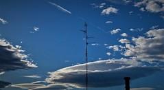 Nube con agujero y ella (enrique1959 -) Tags: martesdenubes martes nubes nwn bilbao vizcaya españa europa paisvasco euskadi antena