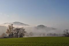 Der Nebel wandert .... und wir auch (Uli He - Fotofee) Tags: ulrike ulrikehe uli ulihe ulrikehergert hergert nikon nikond90 fotofee rhön poppenhausen nebel herbst novmeber licht berge