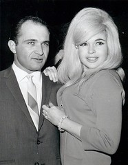 Sam Brody en Jayne Mansfield (poedie1984) Tags: jayne mansfield vera palmer blonde old hollywood bombshell vintage babe pin up actress beautiful model beauty girl woman classic sex symbol movie movies star glamour hot girls icon sexy cute body bomb 50s 60s famous film kino celebrities pink rose filmstar filmster diva superstar amazing wonderful photo picture american love goddess mannequin mooi tribute blond sweater cine cinema screen gorgeous legendary iconic black white lippenstift lipstick sam brody armband bracelet busty boobs jurk dress